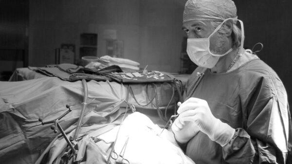 El doctor Villarejo en quirófano
