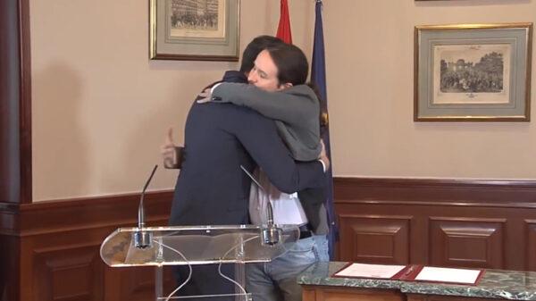 El abrazo entre Sánchez e Iglesias tras firmar el Gobierno de coalición