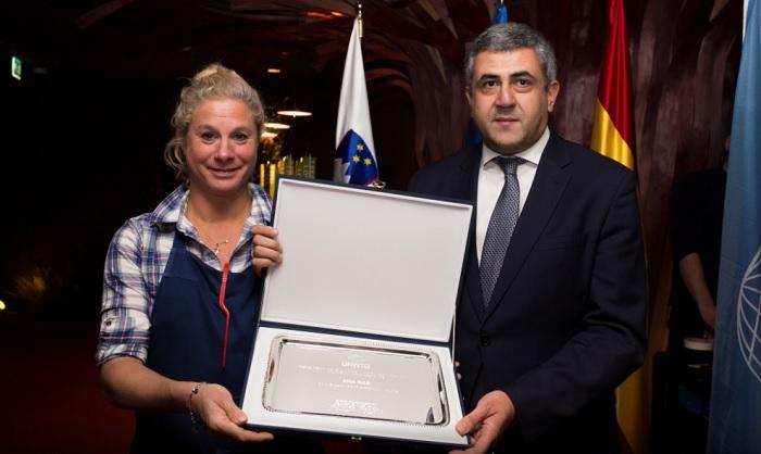 Zurab Pololikashvili entrega a Ana Roš su distinción como la Embajadora de Turismo Gastronómico de la OMT