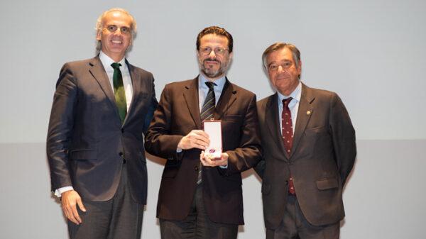 Enrique Ruiz Escudero, consejero de Sanidad de la Comunidad de Madrid; Javier Fernández-Lasquetty y Blanc, consejero de Hacienda de la Comunidad de Madrid; y Luis González Díez, presidente del COFM