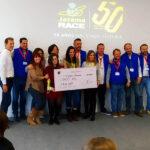 Momento de la entrega del cheque ganador al proyecto