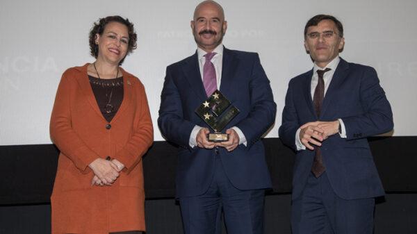 El gerente adjunto de la Fundación Jiménez Díaz, en el momento de recoger el reconocimiento de manos con la ministra de Trabajo y el presidente del Club de Excelencia en Gestión