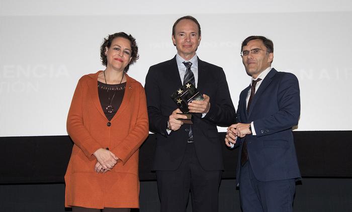 El doctor Rodríguez recoge el título de manos de la ministra de Trabajo y el presidente del Club de Excelencia en Gestión