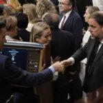 Pedro Sánchez y Oriol Junqueras se saludan en el Congreso