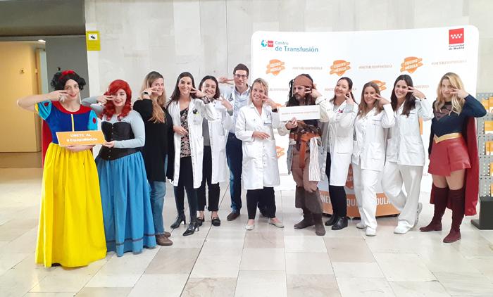 La doctora Urbina (5ª por la izquierda), Raquel Barba (en el centro) y otros miembros del hospital