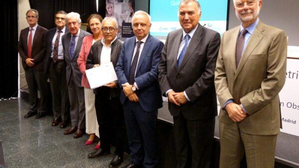 El doctor Rodríguez Candia con los representantes de la jornada en la que se premió la iniciativa formativa del HUIE