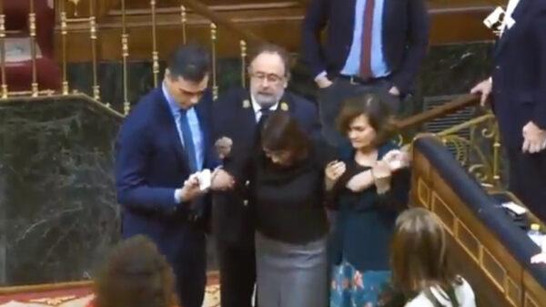 Adriana Lastra, ayudada por Sánchez y Calvo