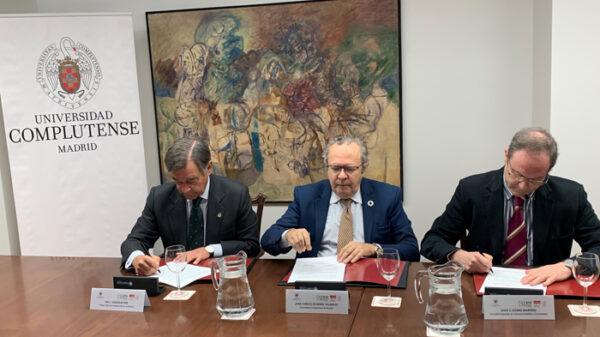 Luis González Díez, Juan Carlos Doadrio Villarejo y Jesús Gómez Martínez, en el momento de la firma