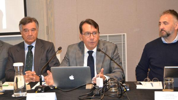 Luis González, presidente del COFM; Stefano Dessena, director general de Dómina Farmaservicios; y Lucio Domina, presidente de Dómina Farmaservicios