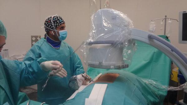 El doctor Elgeadi durante la endoscopia de columna