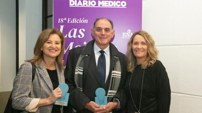El doctor García Arranz con el premio concedido al primer tratamiento basado en células madre alogénicas