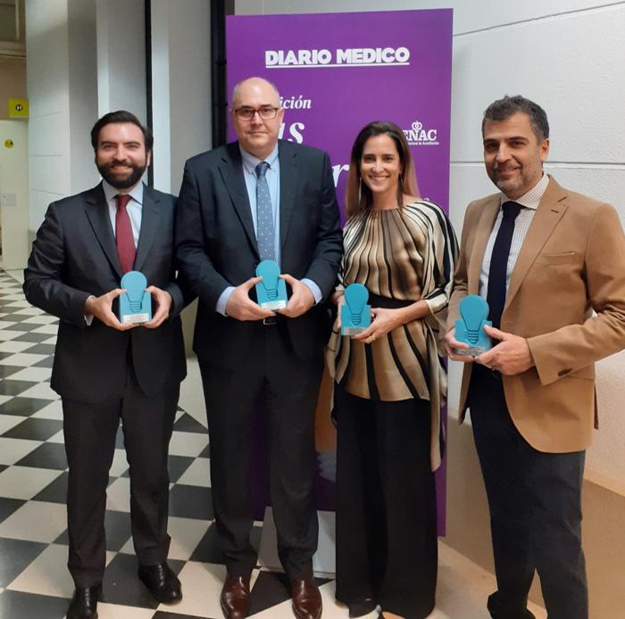 Representantes de los cuatro hospitales públicos con los galardones concedidos al proyecto SmartRoom