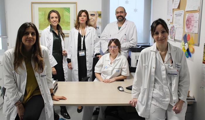 Laura García (1ª por la derecha) junto al resto del equipo implicado en la nueva consulta de estomaterapia