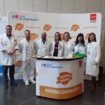 El doctor Martos (1º por la izquierda) junto a otros miembros del Servicio de Hematología del HGV y representantes del Centro de Transfusiones en el stand informativo