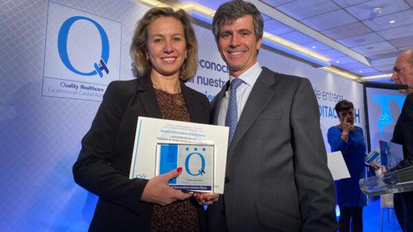 La doctora Sánchez Menan, con el sello QH+3 estrellas en reconocimiento a la excelencia en la calidad asistencial y seguridad del HUIE