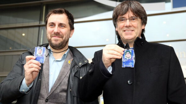 Puigdemont y Comín con sus acreditaciones