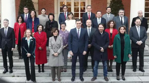 La foto de familia de todos los ministros con Sánchez en Moncloa