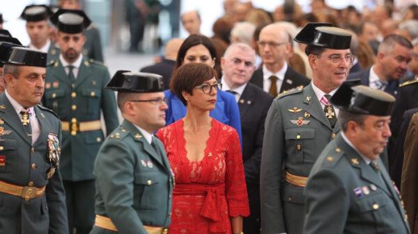María Gámez entre mandos de la Guardia Civil
