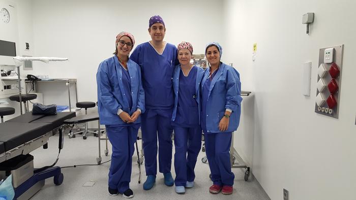 El doctor Vivanco con el personal de la Unidad de cirugía ecoguiada ultra mínimamente invasiva en patología de la mano
