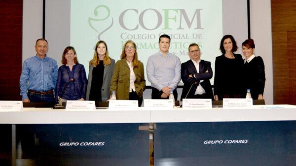 De izquierda a derecha: Rafael López; Elena Paredes (pacientes oncológicos); Lidia García, psicooncóloga de GEPAC; Nieves Murillo, farmacéutica de oficina de farmacia; Raúl Díez, coordinador de Madrid del Grupo Gedefo; David Garduño, responsable del departamento de Oncología de La Roche-Posay; Marta de la Fuente, responsable del servicio de psicooncología de MD Anderson Center Madrid; Rosalía Gozalo, Vocal de Dermofarmacia y Productos Sanitarios del COFM