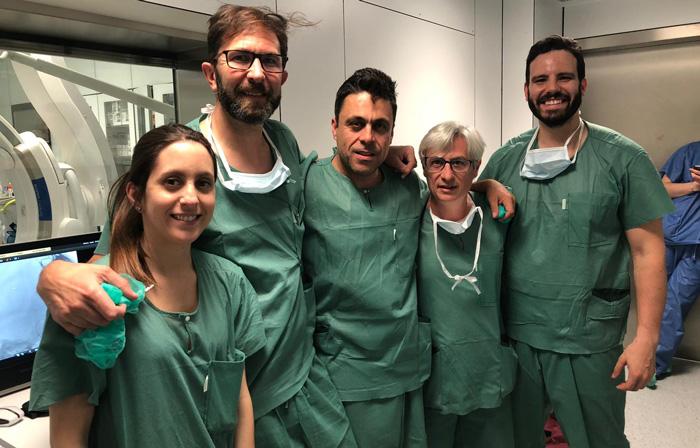 El doctor Rodríguez (2º por la izquierda) junto al resto de su equipo de la Unidad de Neurorradiología Intervencionista de la FJD