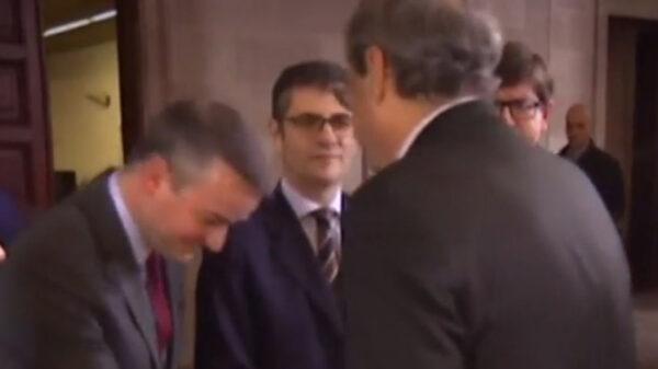 Iván Redondo en el momento de saludar a Torra