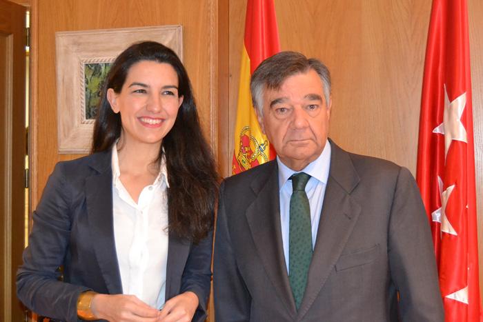 Presidenta de Vox en la Comunidad de Madrid, Rocío Monasterio San Martín, y el presidente del COFM, Luis González Díez