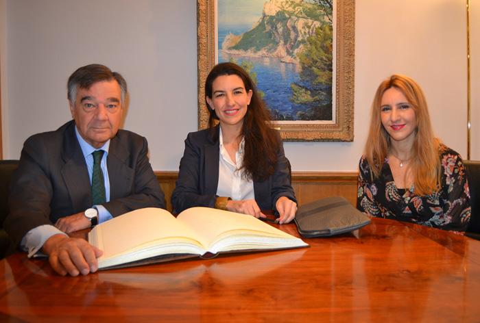 Luis González Díez, presidente del COFM; Rocío Monasterio San Martín, presidenta de Vox de la Comunidad de Madrid; y Eva Arbeo, asesora de VOX en materia sanitaria y farmacéutica