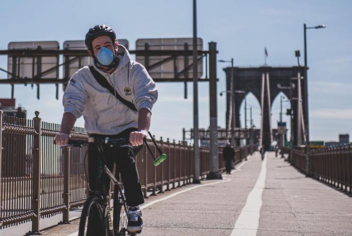 Ciclista por el puente de Brooklyn, en Nueva York