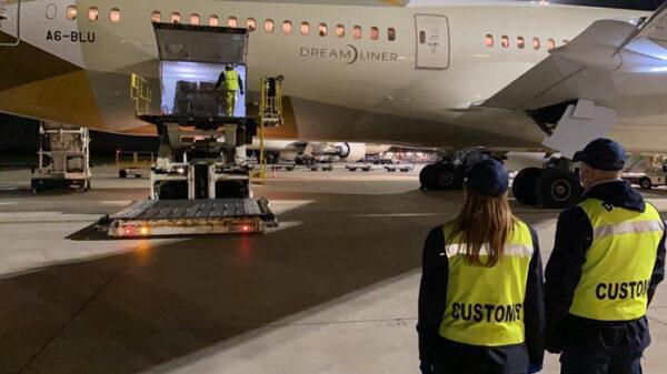 Un vuelo con ayuda médica de Emiratos Árabes Unidos aterriza en el aeropuerto de Fiumicino (Italia)