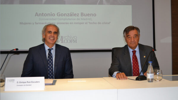 El consejero de Sanidad de la Comunidad de Madrid, Enrique Ruiz Escudero, y el presidente del Colegio Oficial de Farmacéuticos de Madrid, Luis González Díez