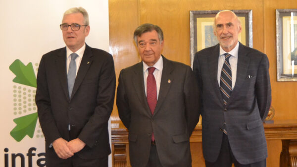 De izquierda a derecha: Jordi de Dalmases, presidente del Colegio Oficial de Farmacéuticos de Barcelona; Luis González Díez, presidente del Colegio Oficial de Farmacéuticos de Madrid; y Jorge Arqué Ferrari, presidente de Interalia, la empresa organizadora del Salón farmacéutico.