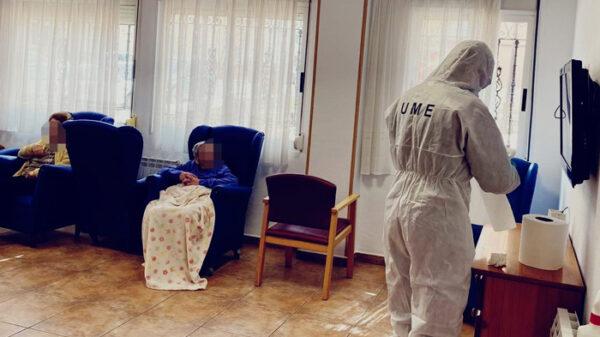 Miembro de la UME desinfectando una residencia de ancianos