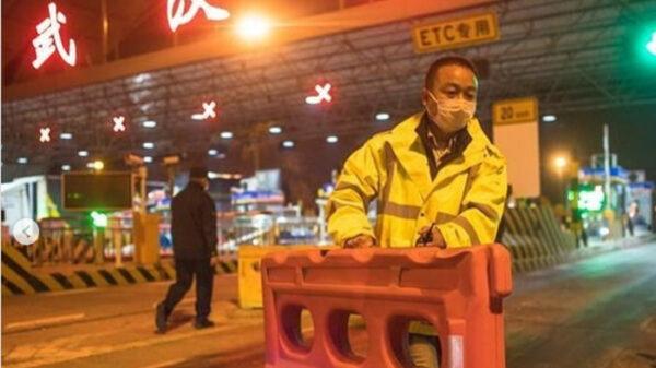 Un operario retira una valla en Wuhan