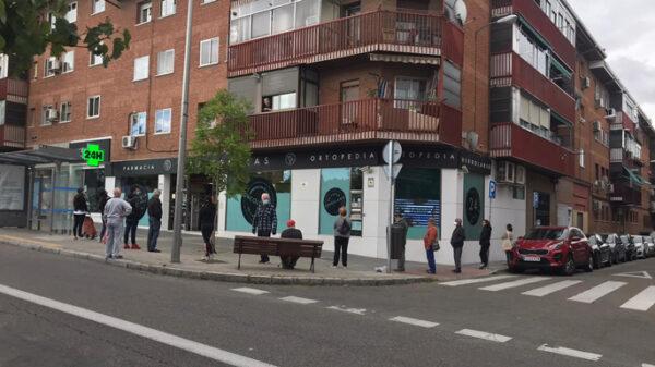 Colas en la farmacia para recoger la mascarilla gratuita en Madrid