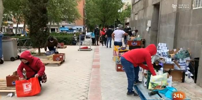 Colas para recibir comida de donaciones