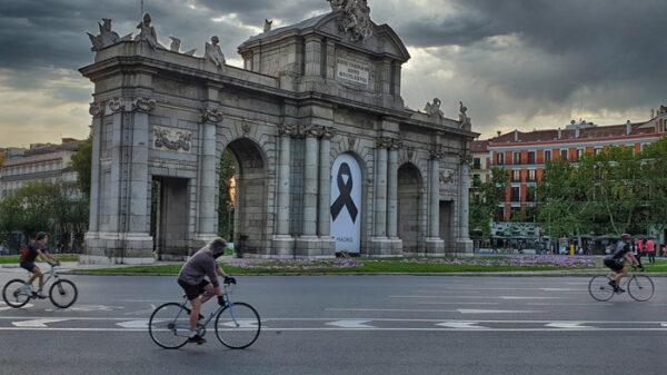 Crespón en la Puerta de Alcalá de Madrid