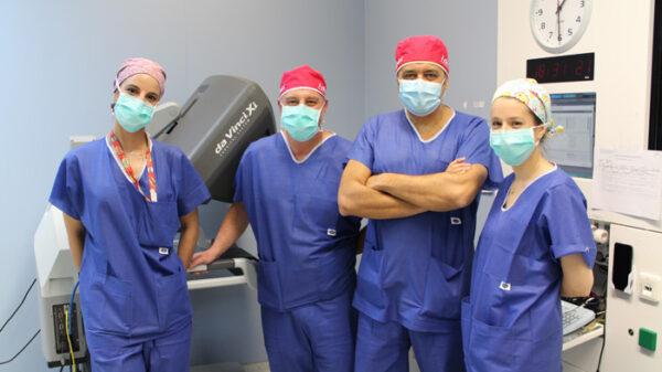 Los doctores Díaz y Alias en el centro, junto al resto del equipo implicado en la intervención