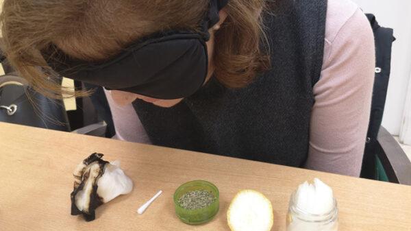 Paciente en una sesión de rehabilitación del olfato