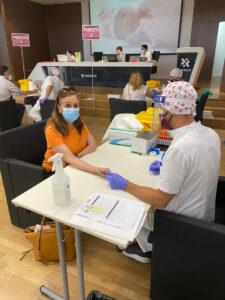 Momento en el que los farmacéuticos se someten al test de seroprevalencia