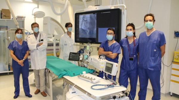 Los doctores Navarro y Guzzo (2º y 3º por la izquierda), junto a otros miembros del Servicio de Cardiología en la Sala de Hemodinámica del HUGV