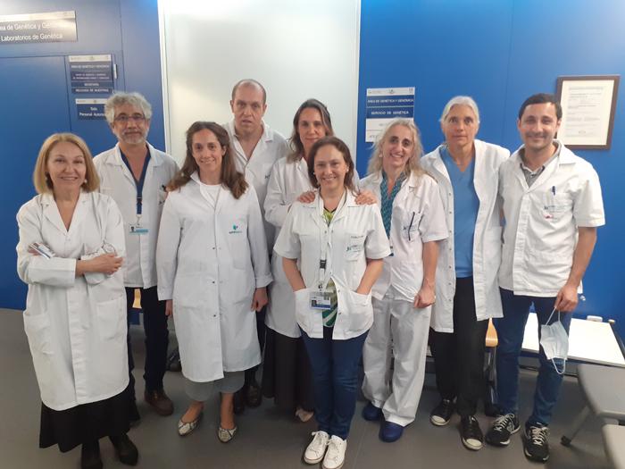 Las doctoras Ayuso (izquierda), y Bustamante y Trujillo-Tiebas (centro) junto a profesionales del Servicio de Genética de la FJD