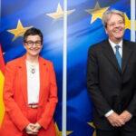 El comisario europeo de Economía, Paolo Gentiloni, con la ministra de Exteriores, Arancha González Laya