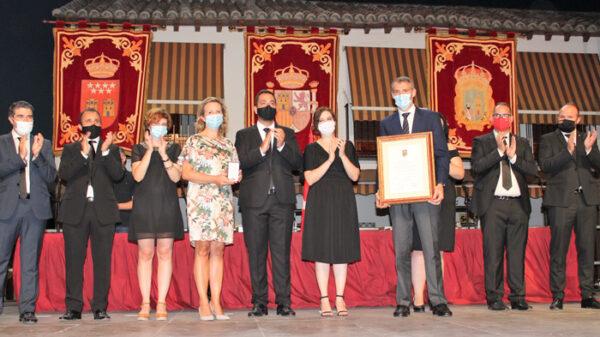 Momento en que el gerente y la directora médico del Hospital Infanta Elena recogen la Medalla de Oro de la Villa de Valdemoro