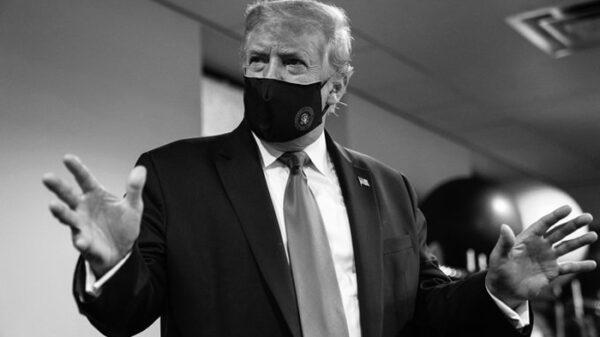 Donald Trump con mascarilla