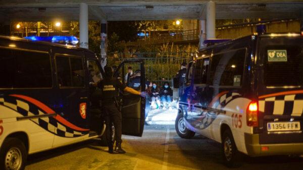 La policía local de Zaragoza frente a unos jóvenes